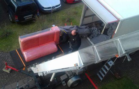 Thietke Umzüge - Beladen eines Umzugs-LKW mit einem roten Sofa