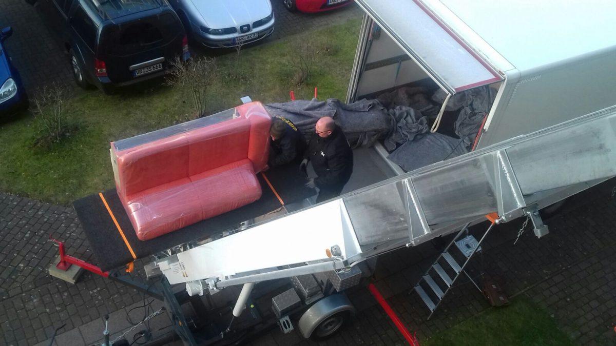 Thietke Umzüge - Beladen eines LKW, rotes Safa (20161215)